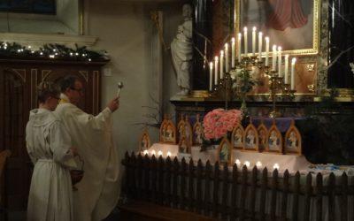 13 Pilgerheiligtümer in die Kirche gebracht